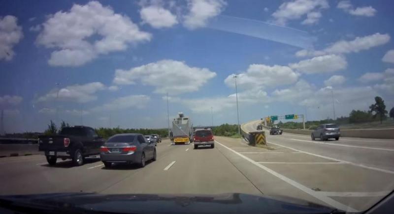 Camião bate em ponte