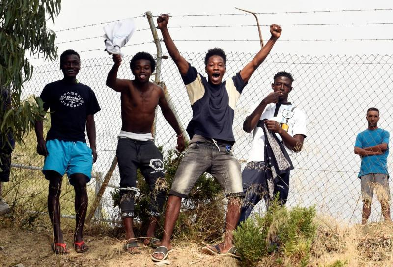 Imigrantes passam a fronteira