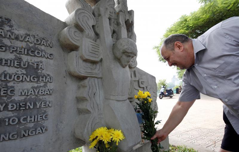 Os norte-americanos reagem à morte do Senador John McCain. Muita gente prestou homenagem ao republicano.