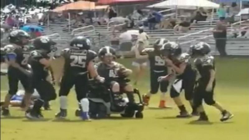 """Menino com paralisia cerebral concretiza sonho de marcar """"touchdown"""""""
