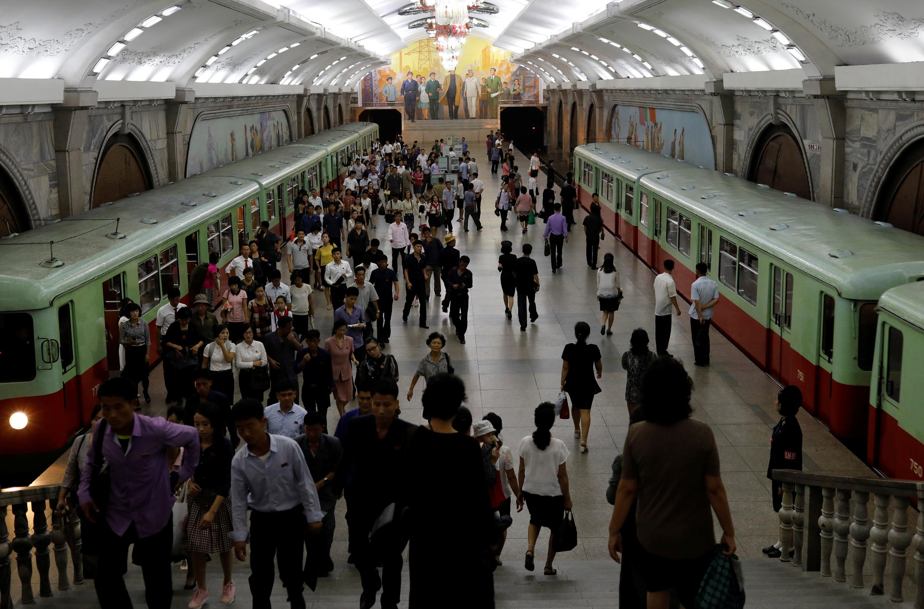 Estação de metro em Pyongyang, Coreia do Norte