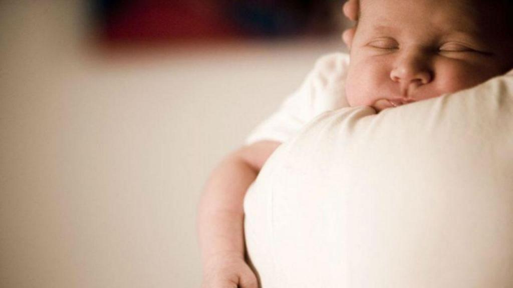 Bebé ao colo da mãe (Arquivo)