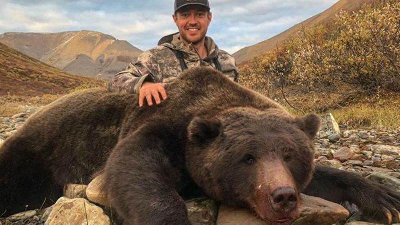 Tim Brent posa com urso morto