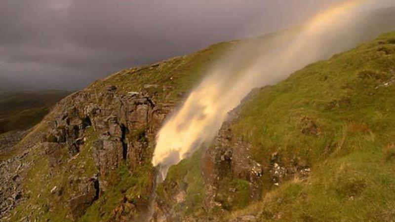 Tempestade Helene inverte cascata em Inglaterra