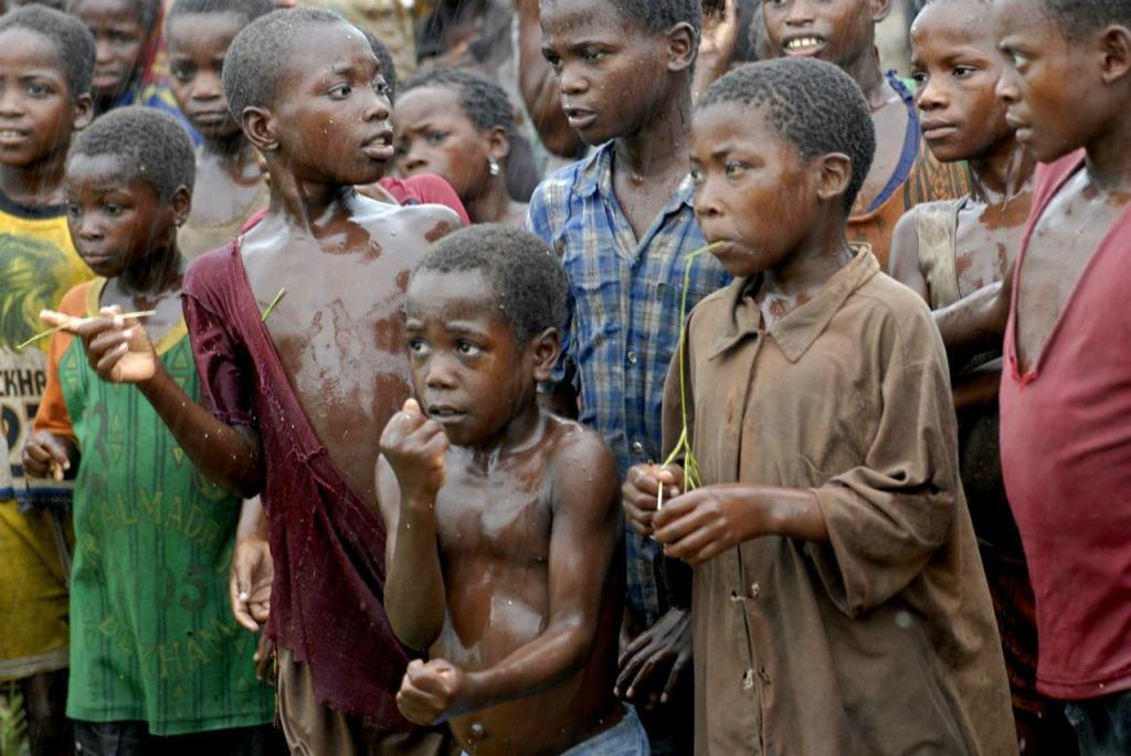 Moçambique - crianças aguardam por comida em Samarusha (arquivo)