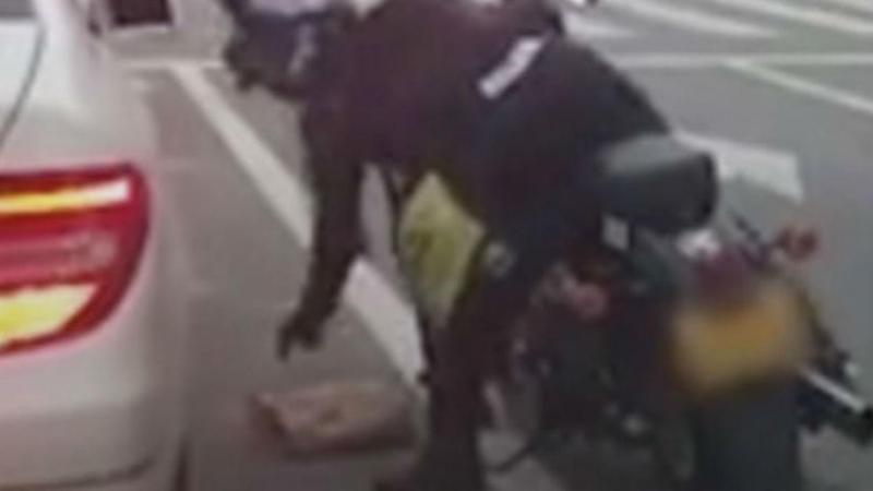 Motard dá lição a condutora após atirar lixo pela janela