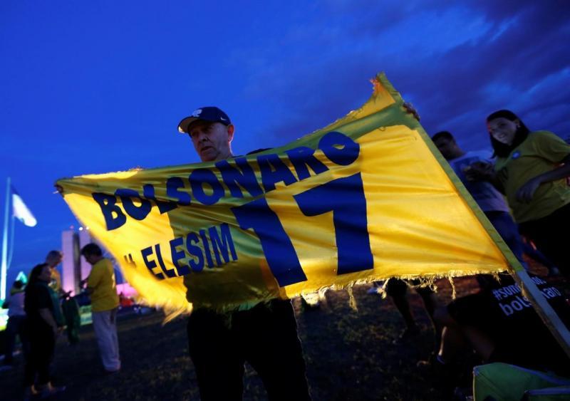 Apoiantes de Bolsonaro fazem a festa, após passagem à segunda volta