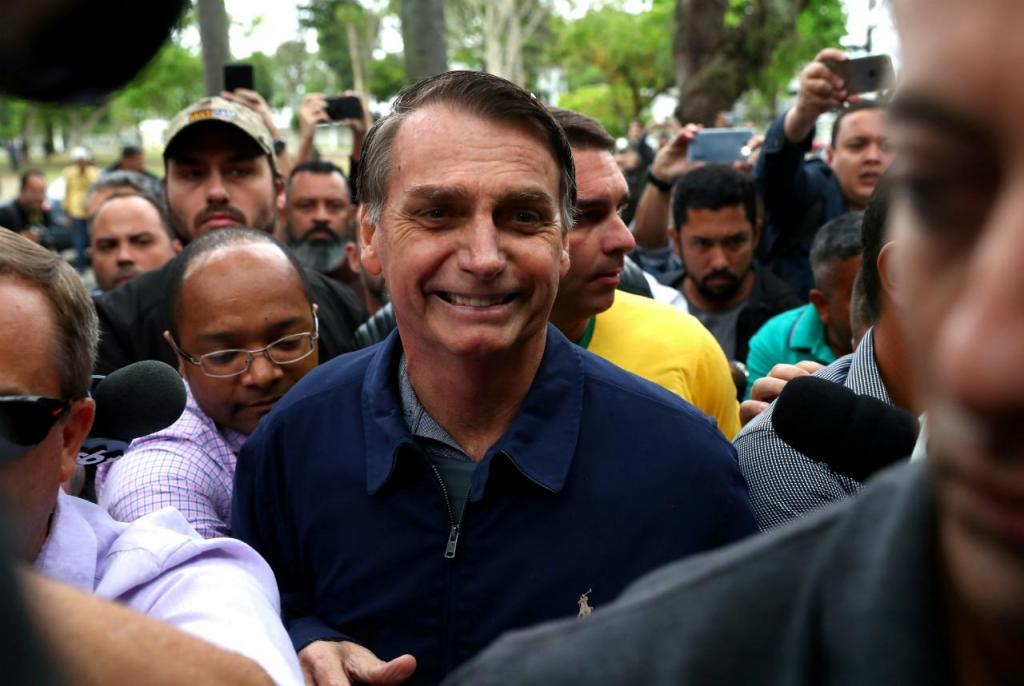 2018 Jair Bolsonaro a caminho da mesa de voto a 7 de outubro