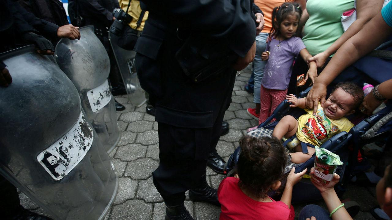 Autoridades mexicanas travam avanço de milhares de migrantes rumo aos EUA