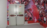 Porta de entrada (protegida por uma parede) no balneário do Benfica
