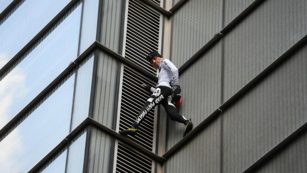 Alain Robert escalou a Torre Salesforce, de 230 metros, sem cordas