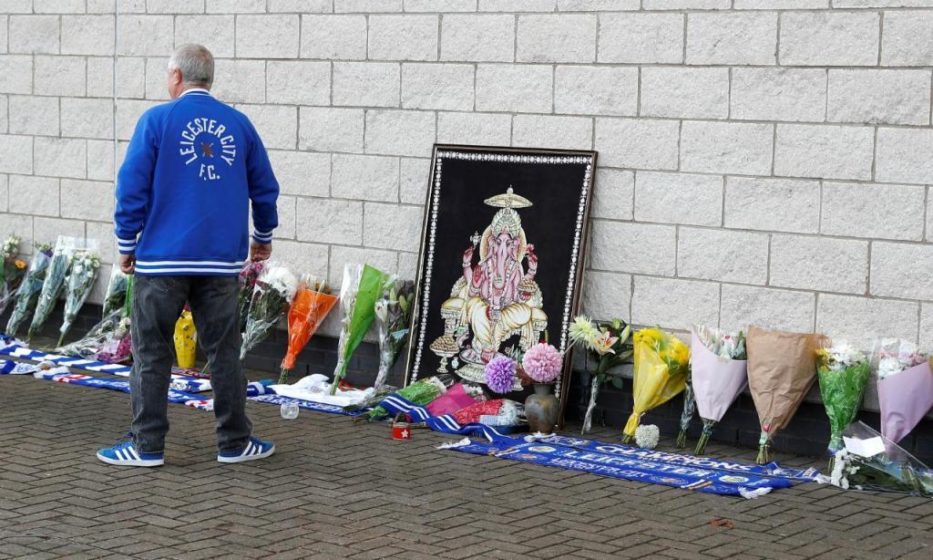 Pessoas deixam flores e mensagens no estádio do Leicester (REUTERS/Peter Nicholls)