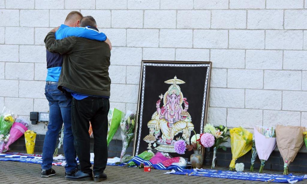 Pessoas deixam flores e mensagens no estádio do Leicester (EPA/TIM KEETON)