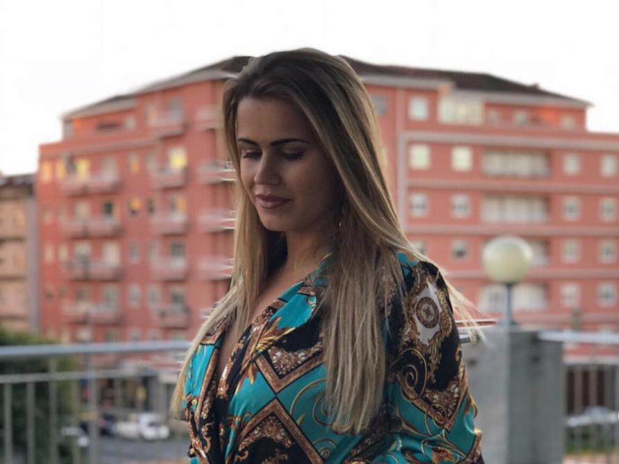 Carina Ferreira ganha novas curvas com cirurgia plástica