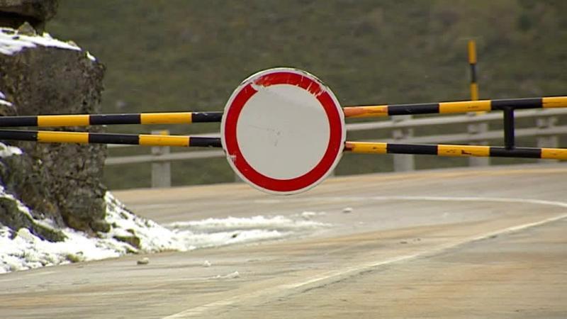 Neve já voltou à Serra da Estrela e cortou estradas