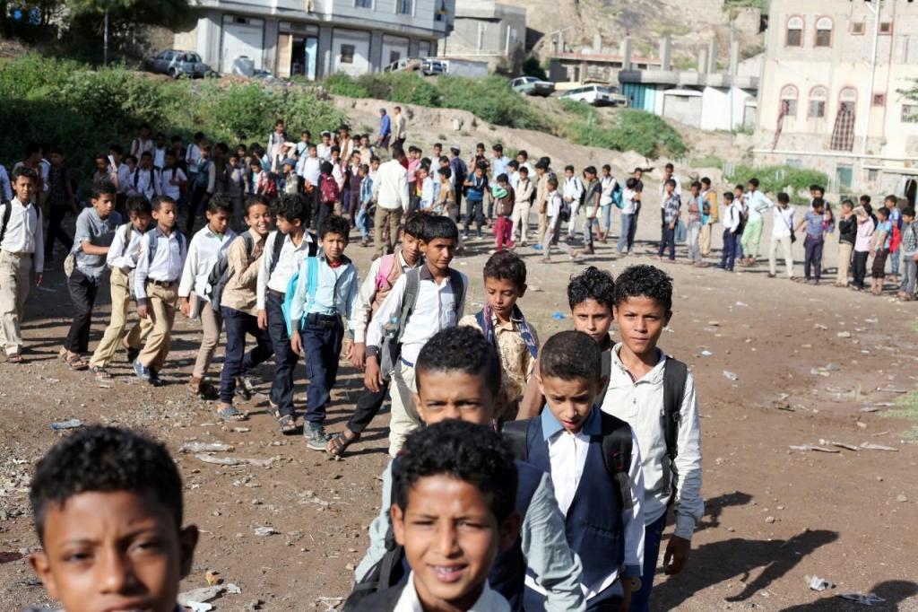 Crianças do Iémen juntam-se todos os dias à porta de casa do professor para terem aulas
