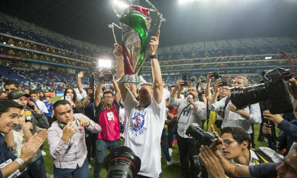 Pedro Caixinha com a Taça do México (EPA/MIGUEL SIERRA)