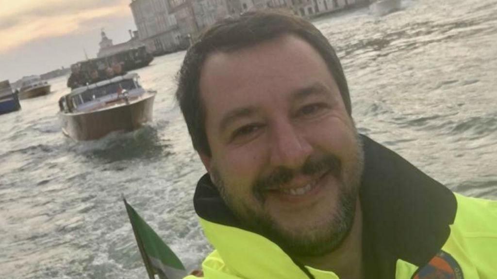 A fotografia de Matteo Salvini, que está a causar polémica