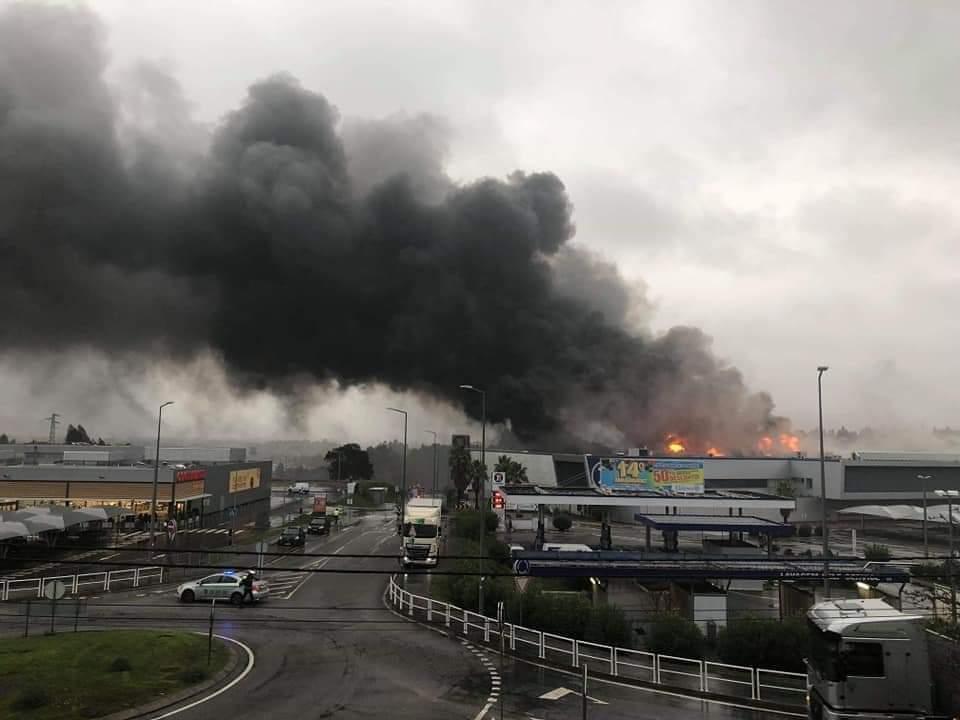 E.LECLERC arde em Viana do Castelo