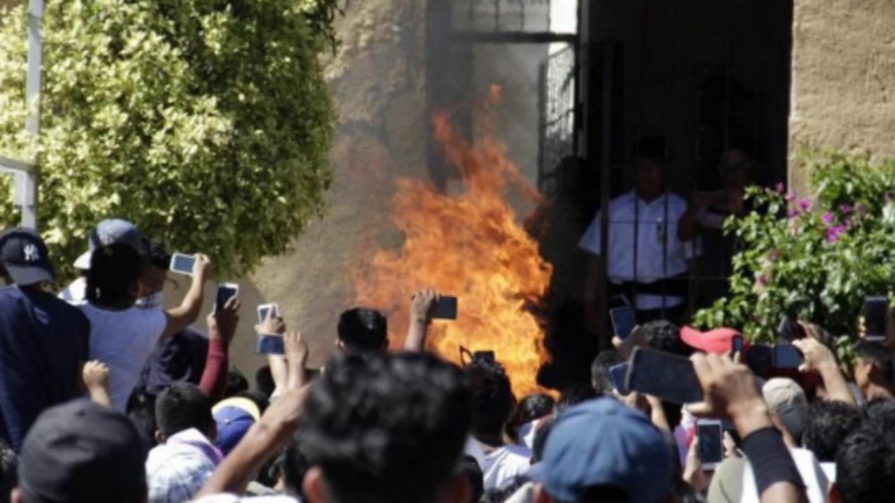 O momento em que Ricardo e Alberto Flores foram queimados vivos, em Acatlán