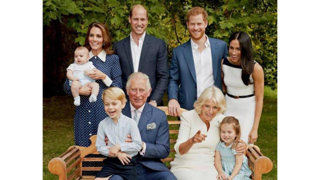 Príncipe Carlos com a mulher, os filhos, as noras e os netos