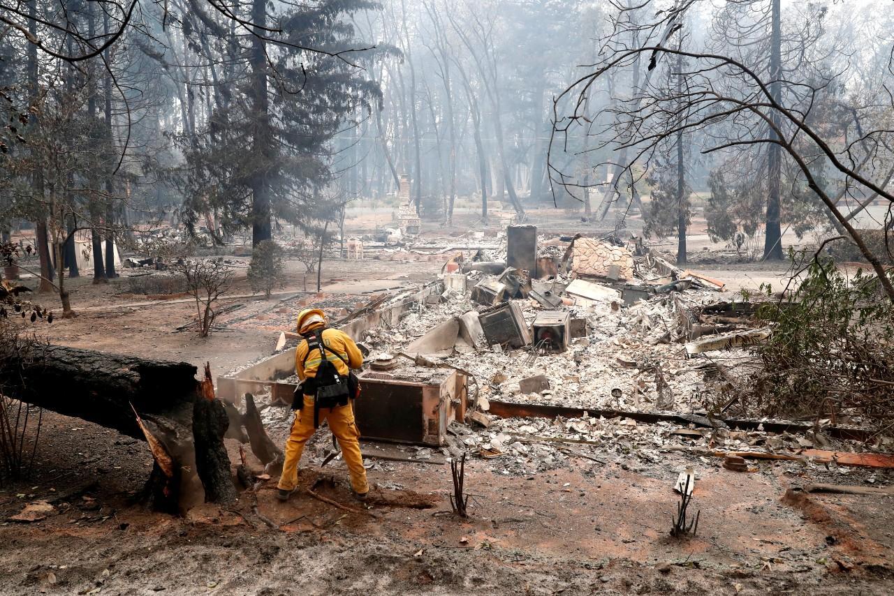 Os incêndios deflagraram na semana passada no sul e no norte do Estado da Califórnia e rapidamente avançaram em várias frentes, alimentados por ventos fortes, destruindo dezenas de milhares de edifícios e obrigando ao encerramento de escolas, ao corte de estradas e à evacuação de localidades inteiras.