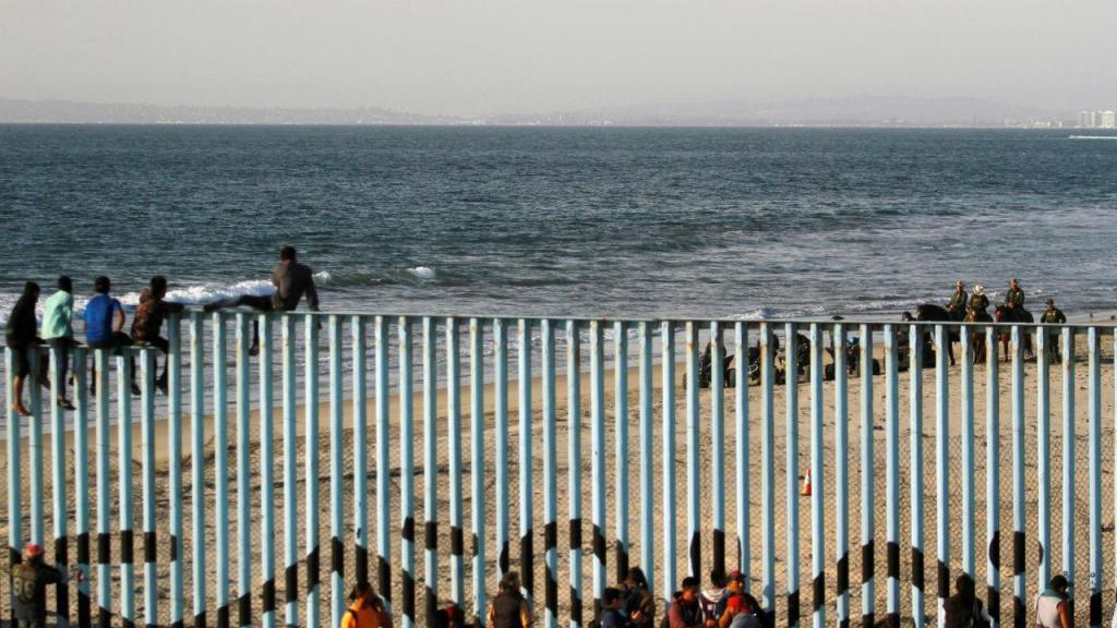 Imigrantes chegam à fronteira entre o México e os EUA