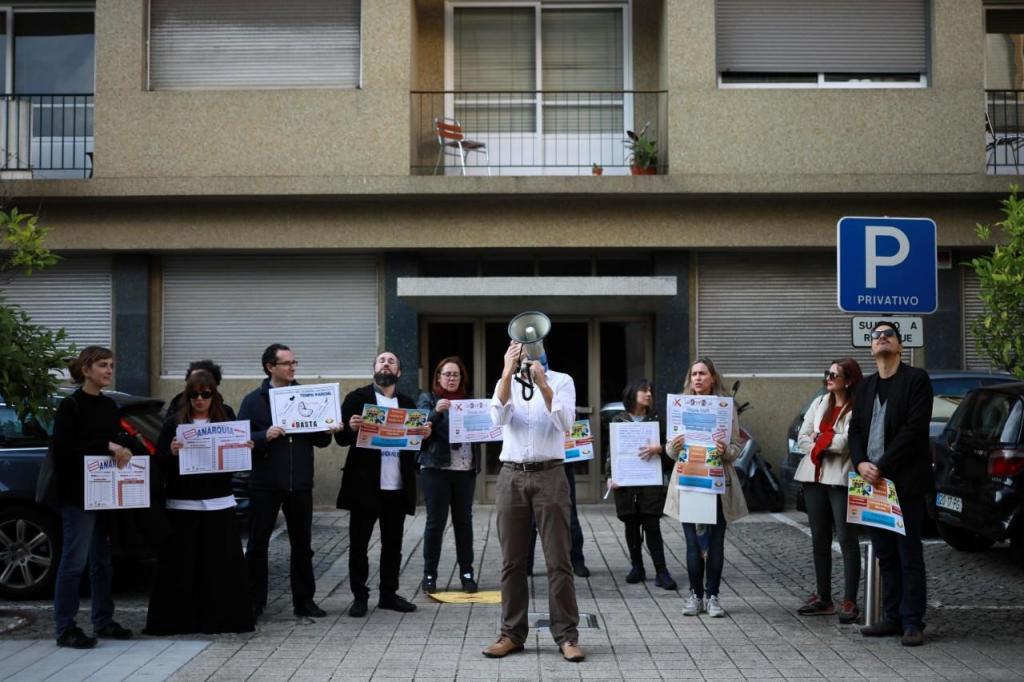 Professores contratados com horário incompleto protestam por causa dos descontos que fazem para a Segurança Social
