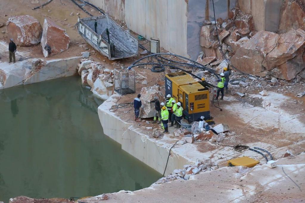 Autoridades trabalham para retirar água da pedreira em Borba
