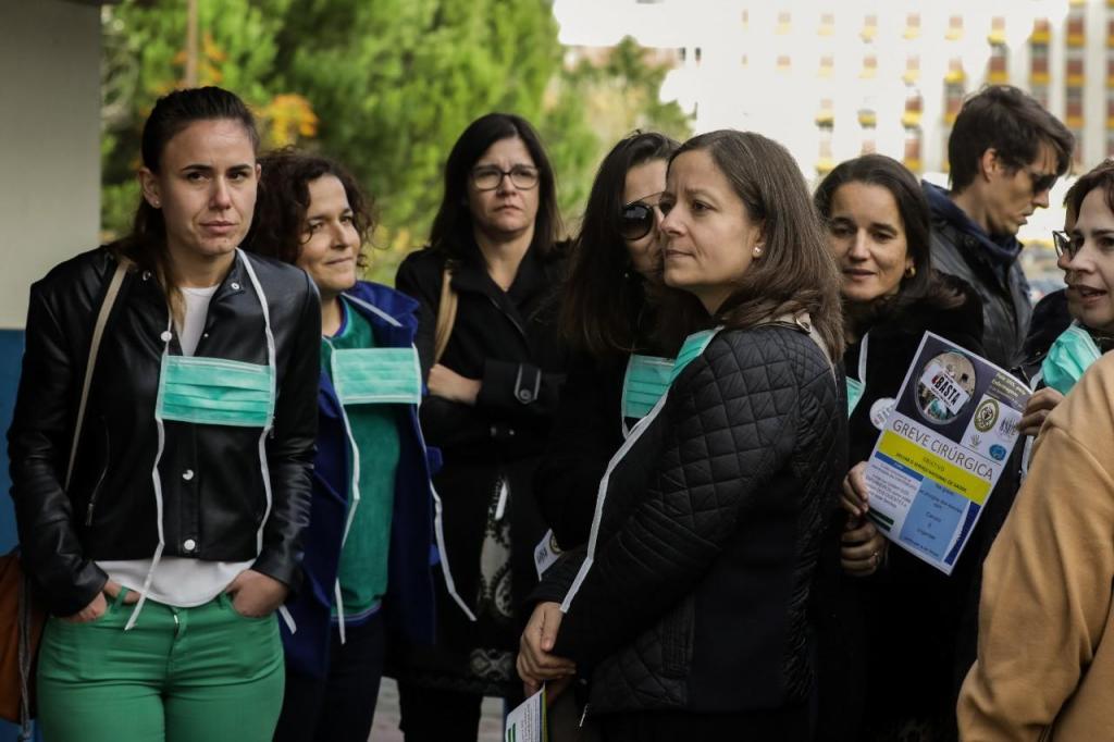 Concentração de vários enfermeiros junto aos centros hospitalares onde vai decorrer a paralisação