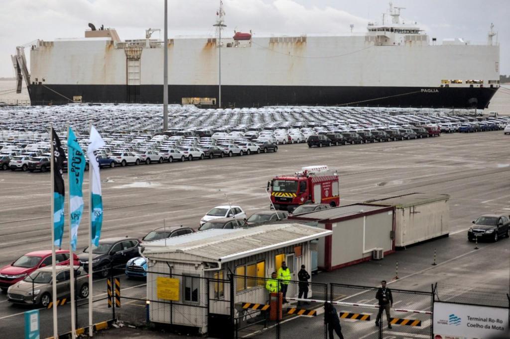 Os trabalhadores precários do Porto de Setúbal estão parados desde o dia 5 de novembro para exigirem um contrato coletivo de trabalho