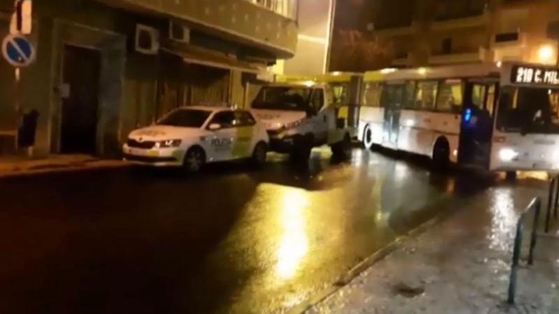 Carros da Polícia Municipal de Lisboa bloqueiam autocarro na Pontinha