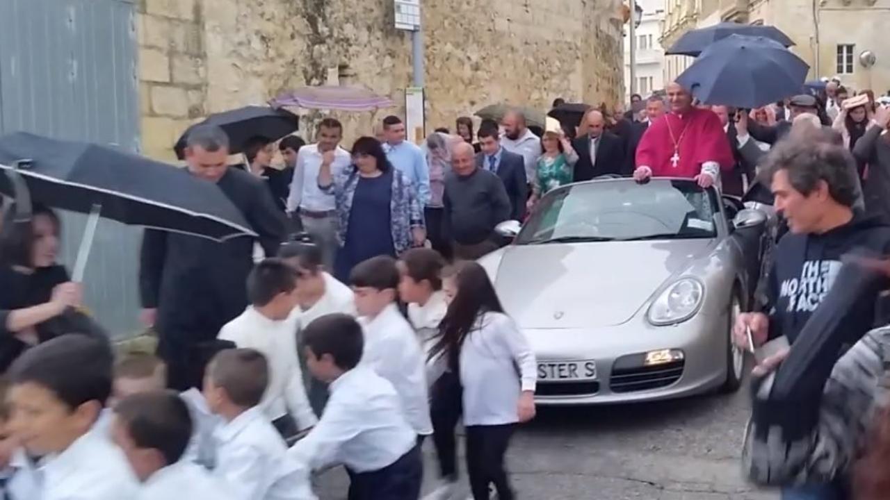 O padre transportado num Porsche puxado por 50 crianças num desfile religioso que, tradicionalmente, acontece na ilha de Gozo