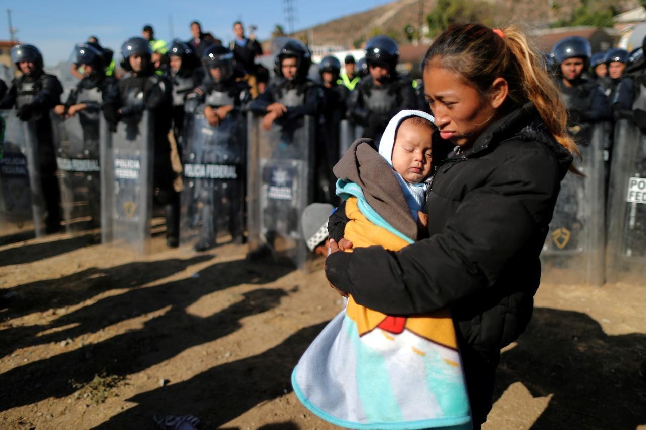 EUA lançam gás lacrimogéneo para dispersar caravana de migrantes na fronteira