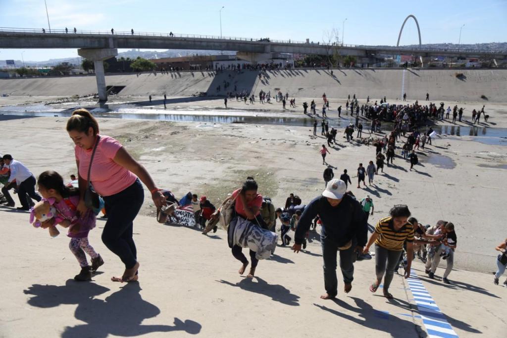 EUA lançam gás lacrimogéneo para dispersar caravana de migrantes na fronteira com o México