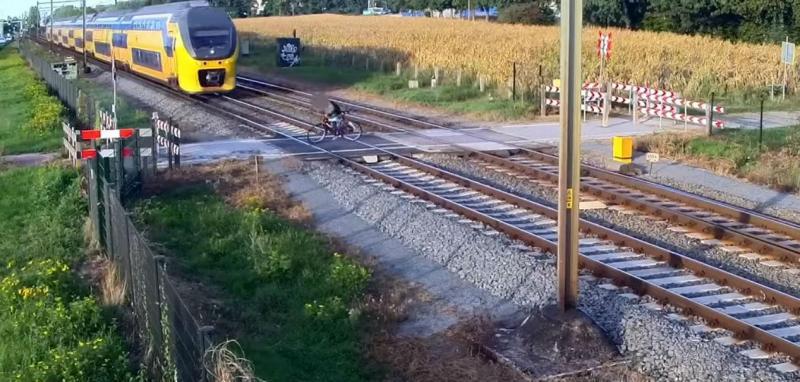 Ciclista escapa a comboio (reprodução YouTube ProRail)