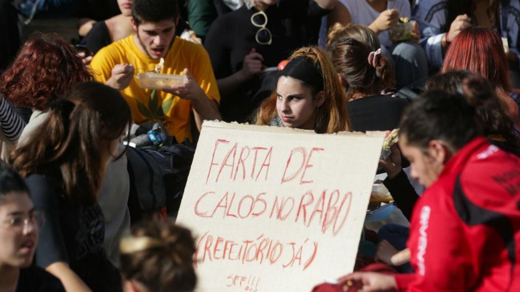Protesto de alunos da secundária António Arroio, em frente ao Parlamento