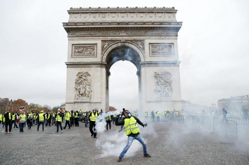 Violência volta às ruas de Paris
