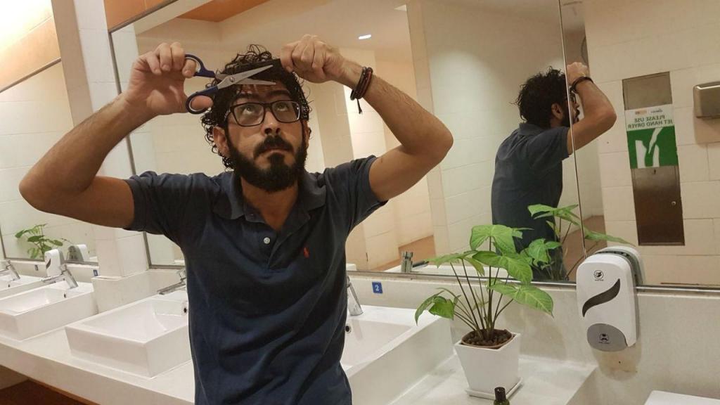 Hassan Al Kontar faz a higiene pessoal numa casa de banho do Aeroporto da Malásia
