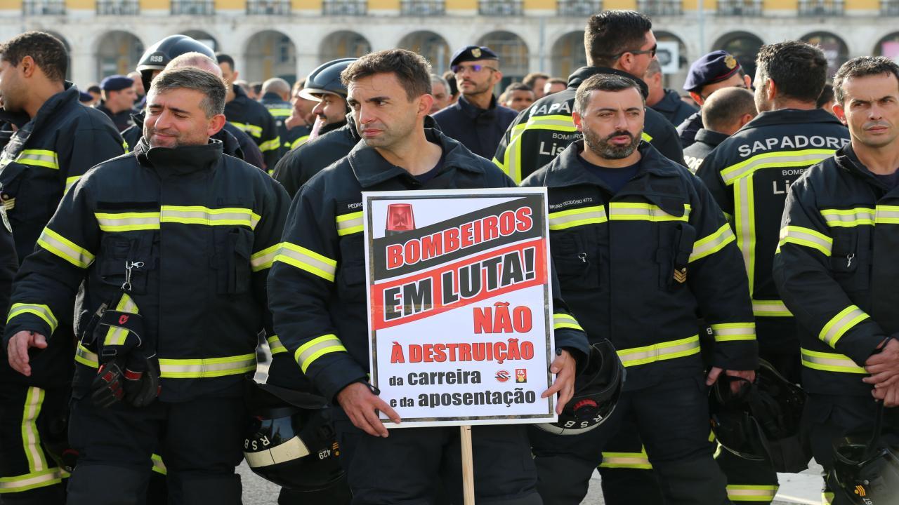 Bombeiros mostram descontentamento à porta do Ministério da Administração Interna