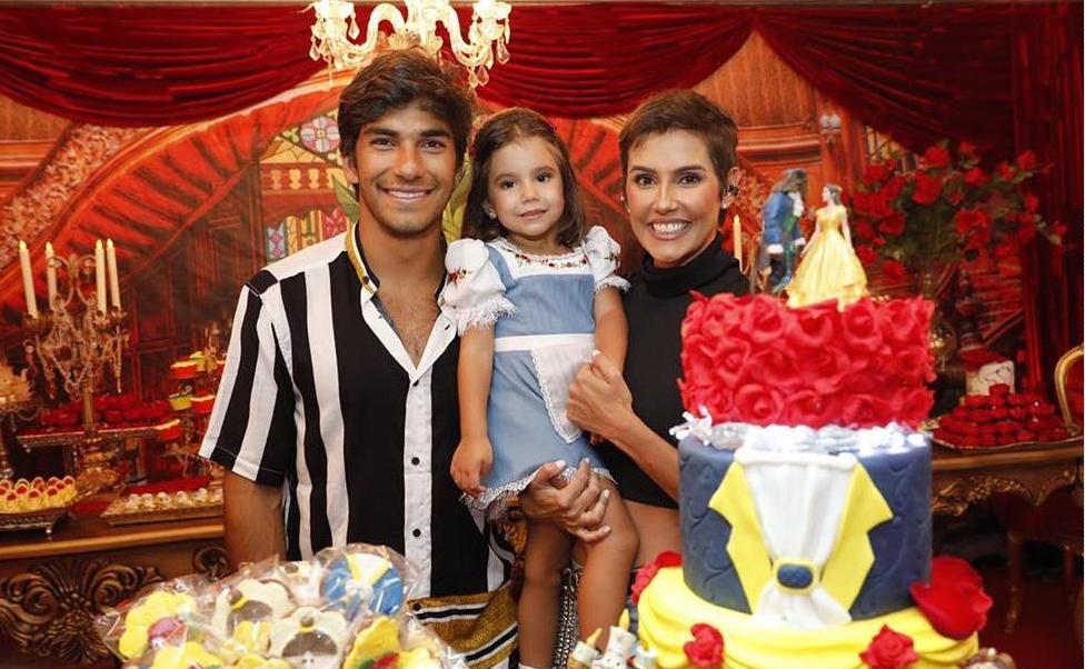 Deborah Secco comemora 3.º aniversário da filha, Maria Flor