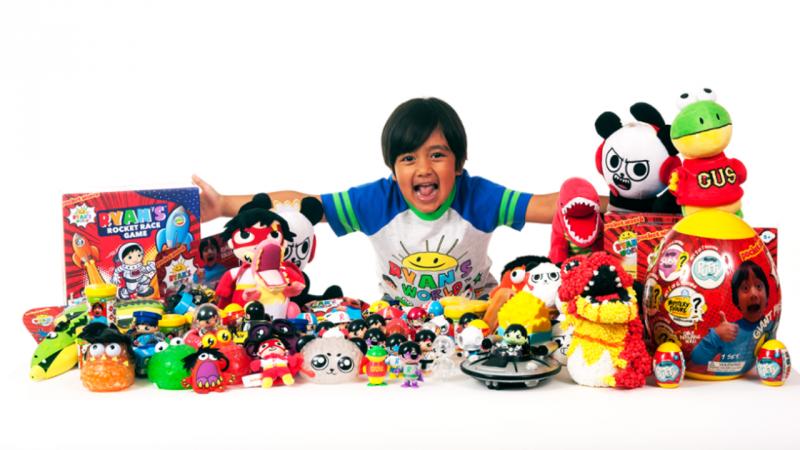 Ryan com a linha de brinquedos que desenvolveu com o Walmart, uma cadeia de lojas americanas