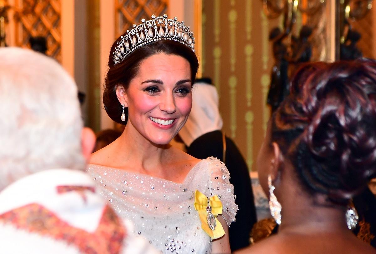 Kate Middleton brilha com vestido romântico e a tiara favorita da princesa Diana