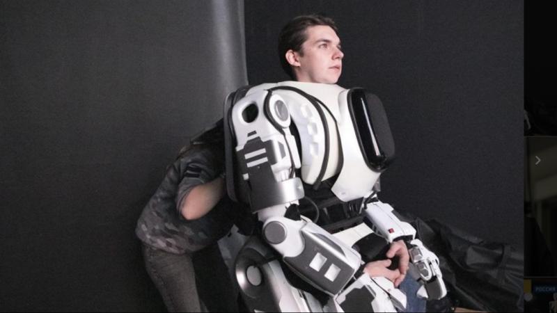 O homem a vestir o disfarce de robô alguns minutos antes de entrar em palco