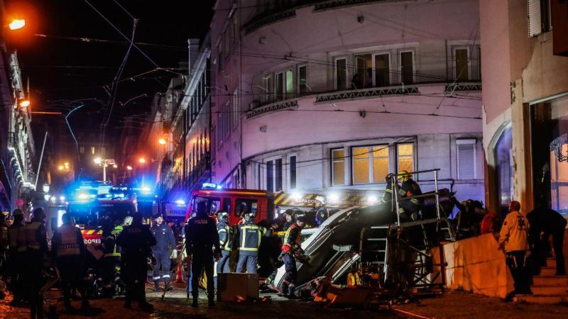 Elétrico descarrilou e tombou numa rua da Lapa