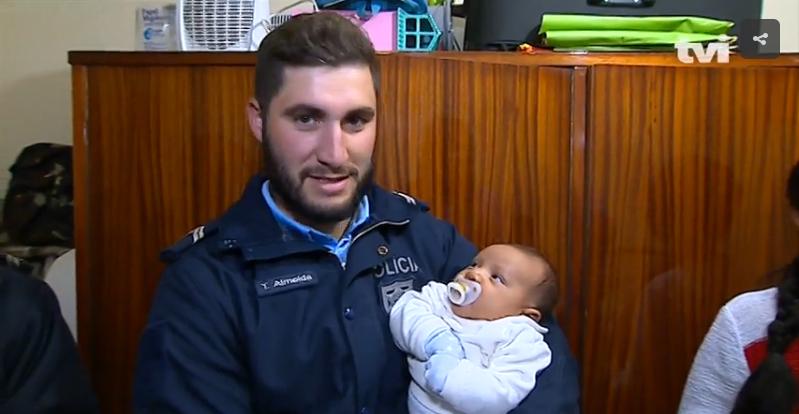 PSP com bebé Miguel ao colo