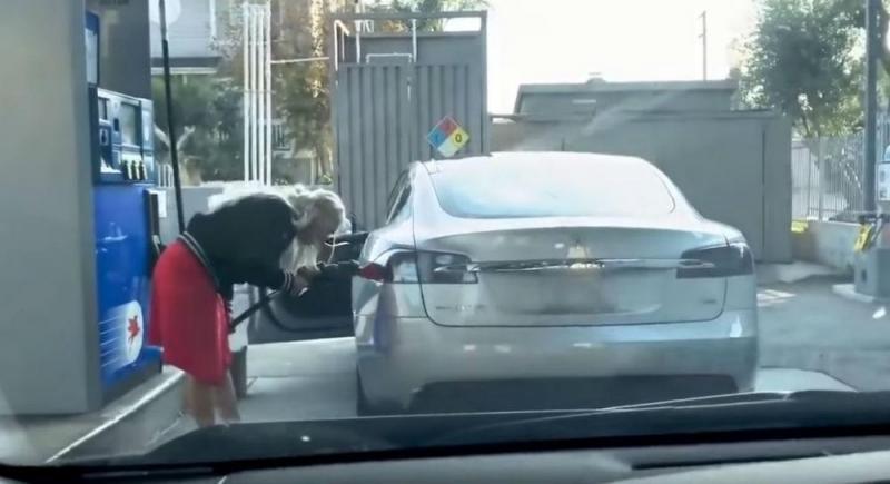 Condutora tenta abastecer Tesla (Reprodução Youtube)