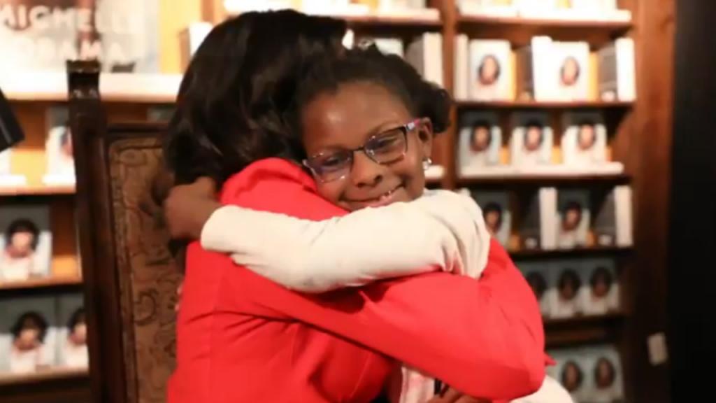 Uma das meninas que conheceu Michelle Obama, durante a digressão do livro