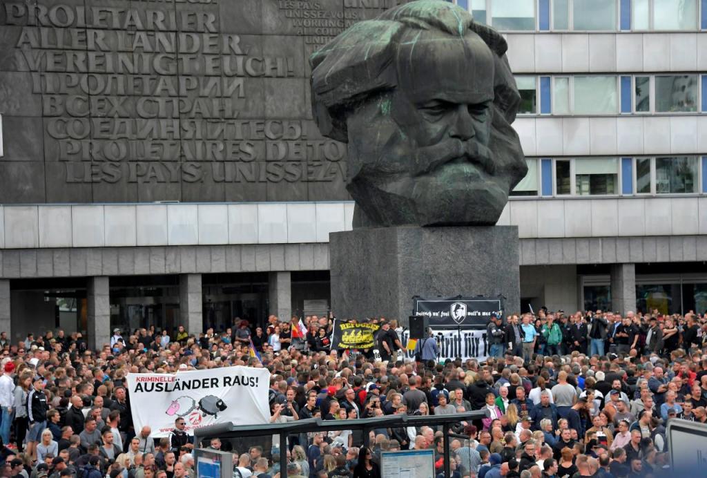 Manifestação de extrema-direita junto ao monumento Karl Marx em Chemnitz (Alemanha)