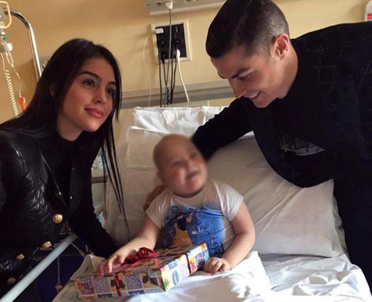 Cristiano Ronaldo e Georgina Rodríguez visitam crianças hospitalizadas